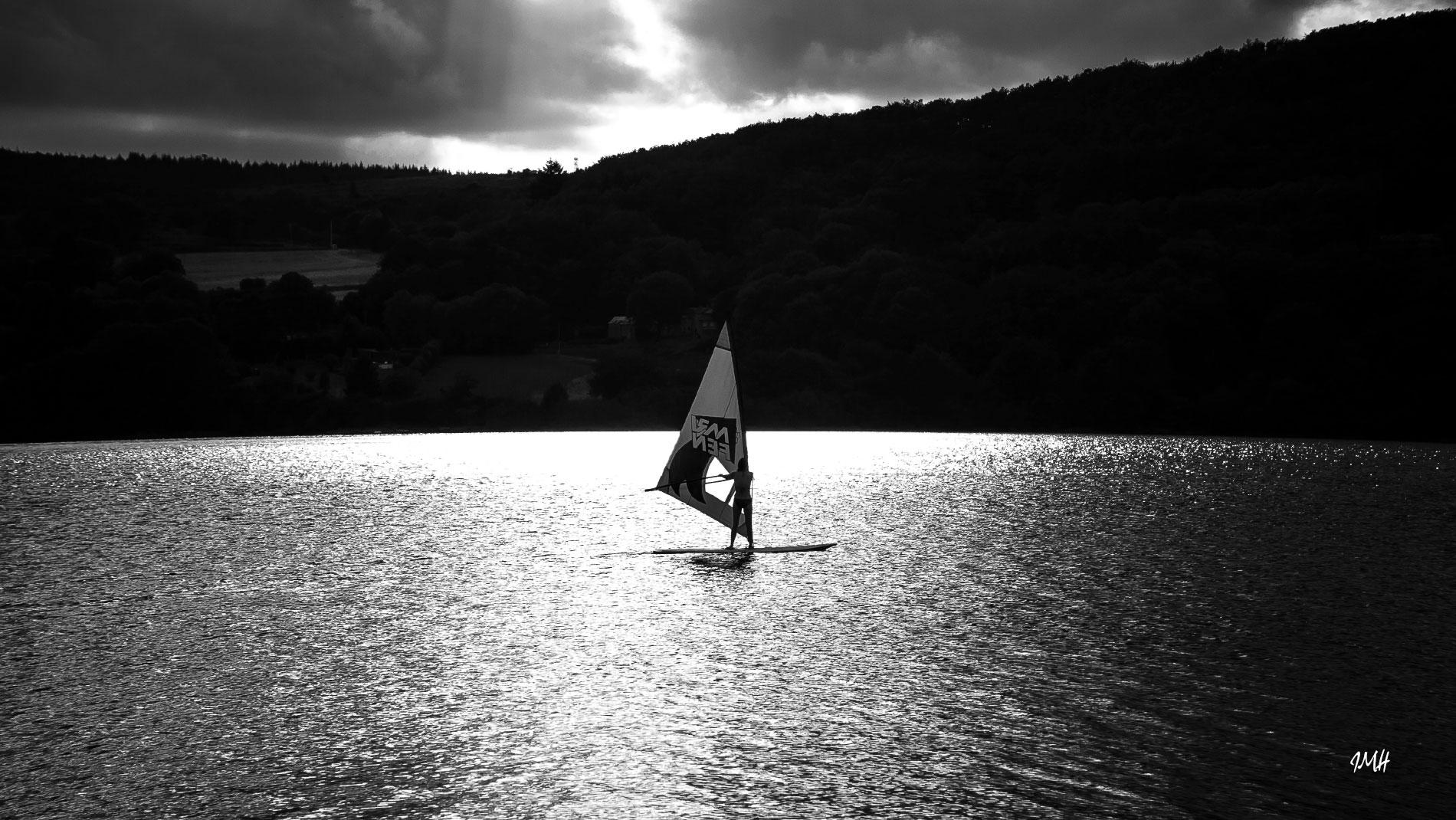 Montagne du Haut Languedoc. Lacs du Haut Languedoc. Planche à voile sur le lac du Laouzas